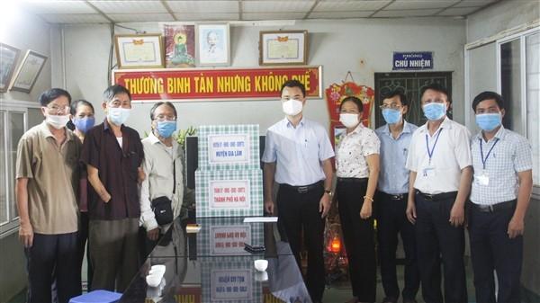 Lãnh đạo huyện Gia Lâm thăm và tặng quà các đối tượng chính sách