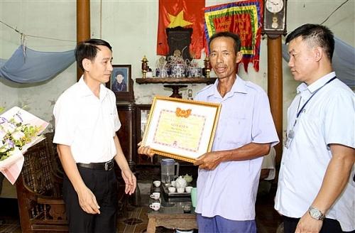 Huyện Gia Lâm khen thưởng đột xuất người nhặt được của rơi trả người bị mất