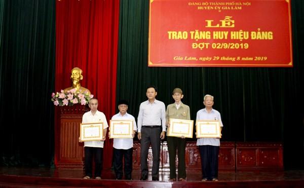 Đảng bộ huyện Gia Lâm: 235 đảng viên được trao tặng Huy hiệu Đảng đợt 2/9