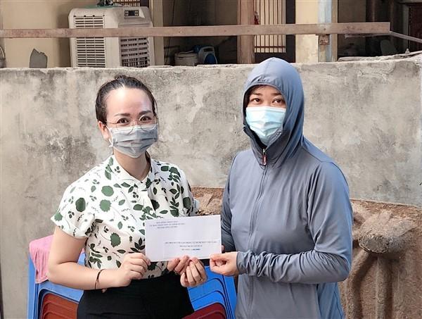 Gia Lâm: Trao hỗ trợ an sinh cho lao động tự do