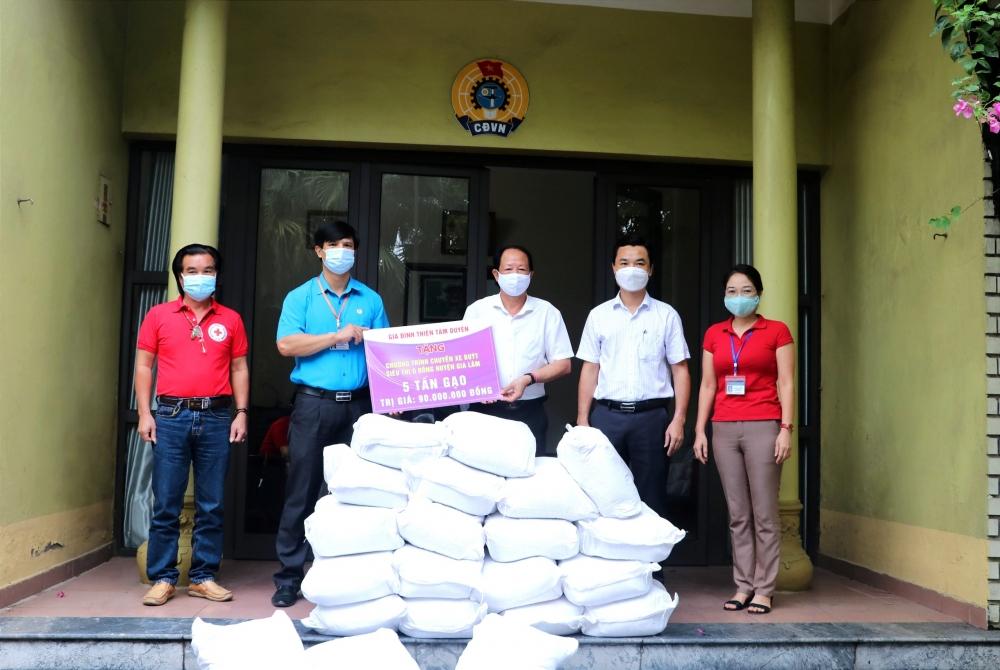 Huyện Gia Lâm tiếp nhận 5 tấn gạo ủng hộ cho chương trình