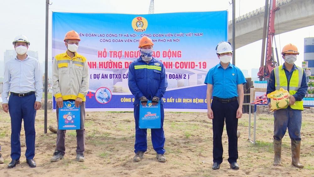 """Công đoàn Viên chức Thành phố trao """"Túi An sinh Công đoàn"""" hỗ trợ người lao động khó khăn"""