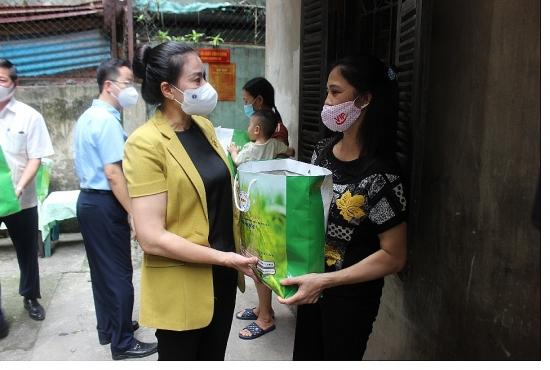 Hà Nội: Ấm lòng người lao động khó khăn