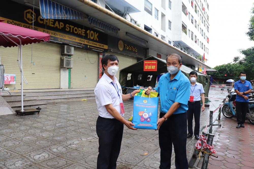 """LĐLĐ quận Hoàng Mai tiếp tục trao 700 túi  """"An sinh Công đoàn"""" hỗ trợ người lao động"""