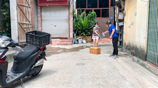 Đoàn viên thanh niên xã Bát Tràng, huyện Gia Lâm đi chợ giúp dân
