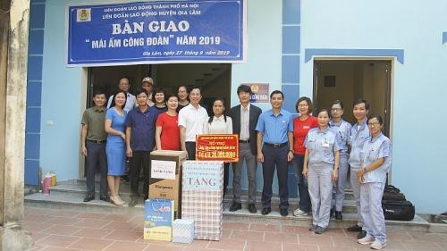 Huyện Gia Lâm: Bàn giao hai Mái ấm công đoàn cho đoàn viên khó khăn