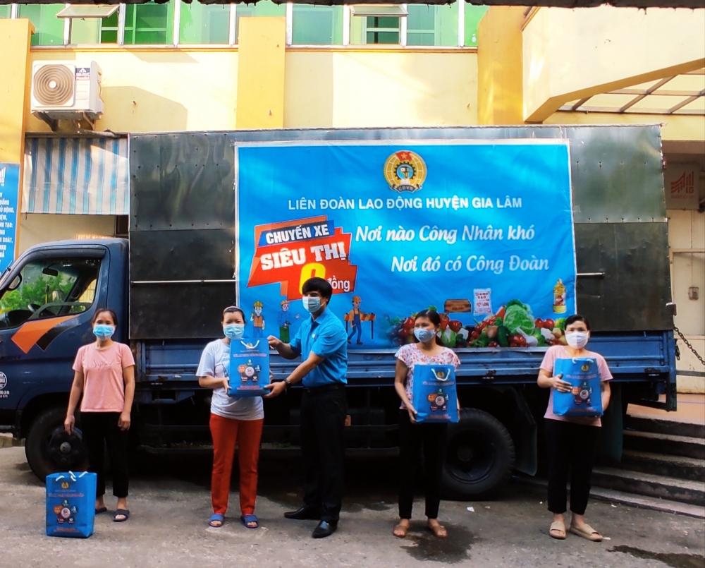 LĐLĐ huyện Gia Lâm tiếp tục trao hỗ trợ cho đoàn viên, người lao động khó khăn