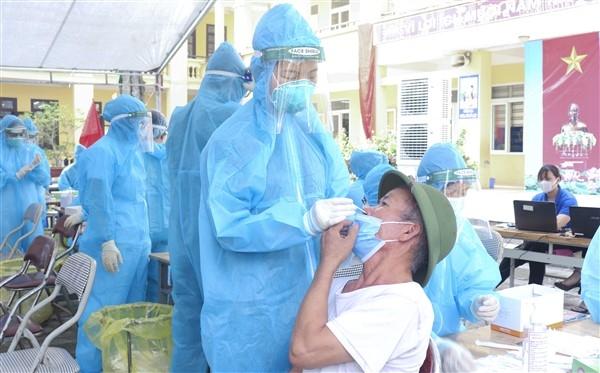 Người dân xã Đặng Xá phấn khởi khi được tiêm vắc xin phòng Covid-19
