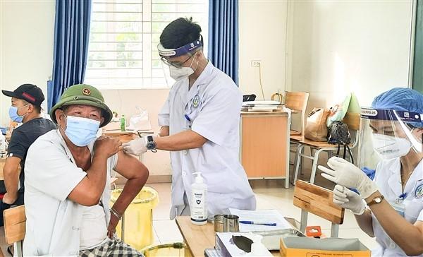 Cụm Bắc Đuống, huyện Gia Lâm huy động tổng lực tiêm vắc xin cho người dân