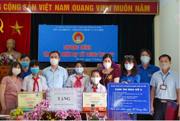 Hà Nội trao 1000 suất quà cho trẻ em có hoàn cảnh khó khăn nhân dịp Tết Trung thu