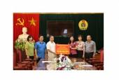Trao 100 triệu đồng ủng hộ CNVCLĐ và nhân dân vùng lũ Hòa Bình