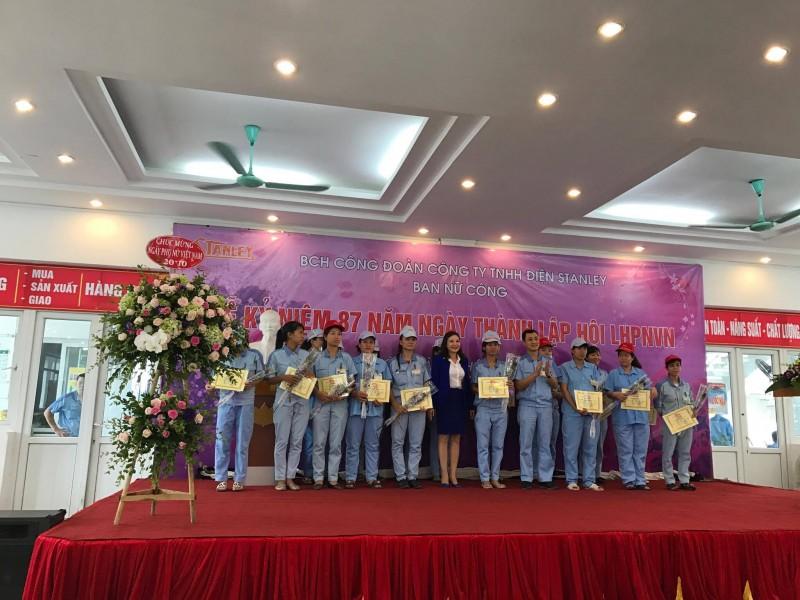Công đoàn công ty TNHH Điện Stanley khen thưởng lao động nữ