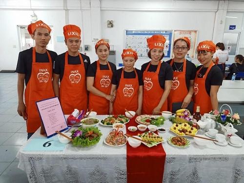 Cán bộ, công nhân Công ty trách nhiệm hữu hạn Lixil Việt Nam trổ tài nội trợ