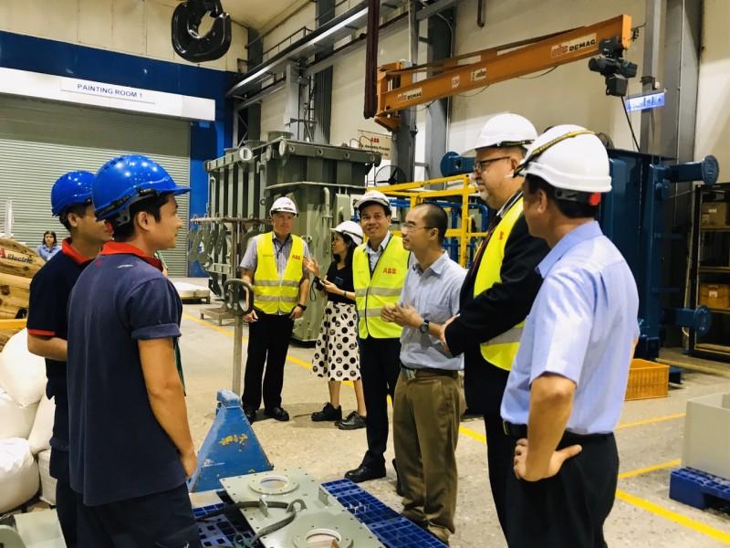 Đoàn đại biểu Tổng Công đoàn Thụy Điển thăm và làm việc tại Công ty TNHH ABB