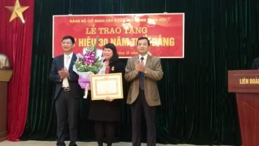 Trao tặng Huy hiệu 30 năm tuổi Đảng cho đảng viên Ngô Ngọc Thủy