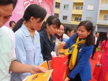 Trao 1.000 suất quà cho công nhân khó khăn dịp Tết Đinh Dậu