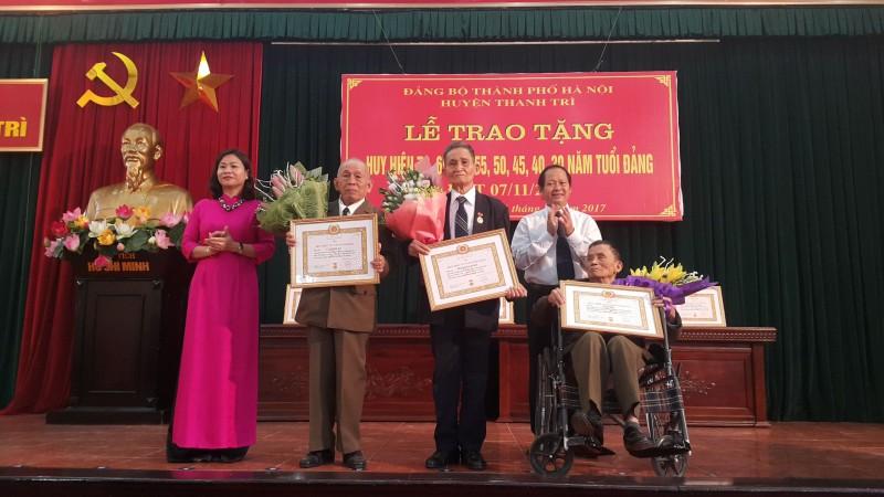 Trao tặng Huy hiệu 70 năm tuổi Đảng cho đảng viên lão thành huyện Thanh Trì