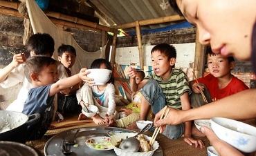"""Vận động CNVCLĐ  ủng hộ Tháng cao điểm """"Vì người nghèo"""" năm 2018"""