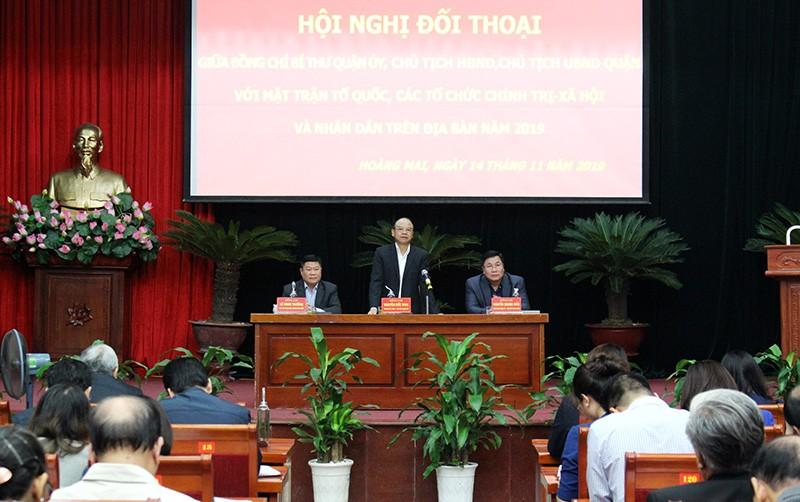 Lãnh đạo quận Hoàng Mai lắng nghe và giải đáp ý kiến của nhân dân