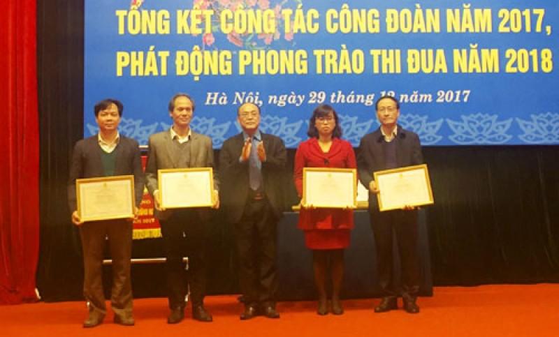 160 tap the ca nhan duoc khen thuong co thanh tich trong hoat dong cong doan nam 2017