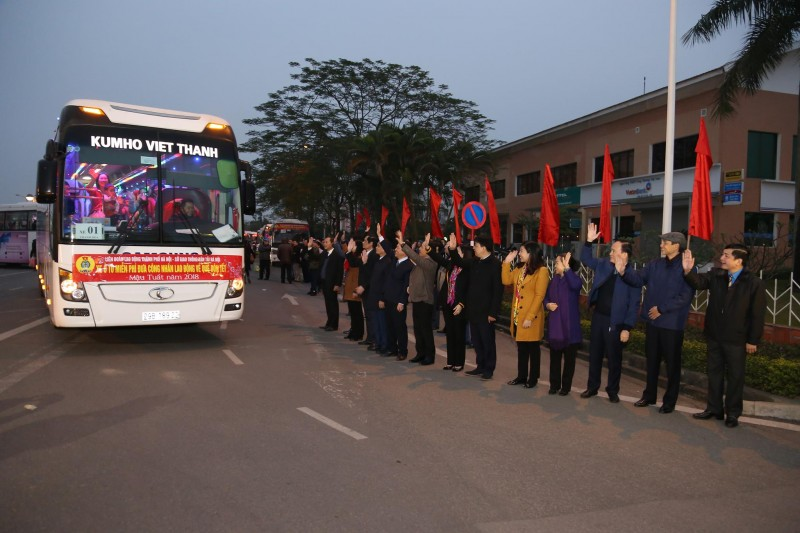 LĐLĐ Thành phố hỗ trợ xe đưa 1500 CNLĐ về quê đón Tết Kỷ Hợi 2019