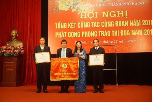 Đón nhận Cờ thi đua xuất sắc của Tổng LĐLĐ Việt Nam