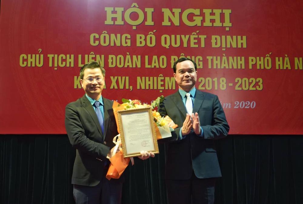Đồng chí Nguyễn Phi Thường nhận Quyết định là Chủ tịch Liên đoàn Lao động thành phố Hà Nội