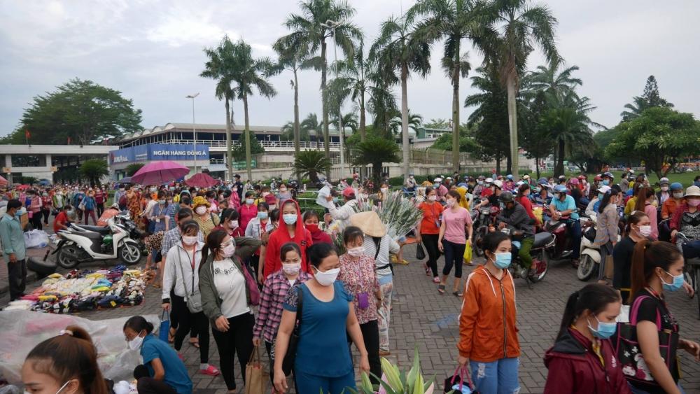 Chợ tạm trước cổng Công ty PouYuen vẫn đông người dù có công nhân mắc Covid-19