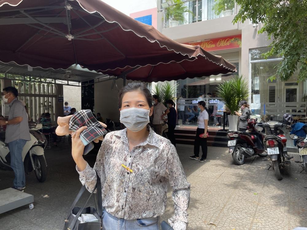 Khách hàng mua bất động sản không thể xem đất hay giao dịch mua bán do giãn cách xã hội trong đợt dịch thứ 4 tại thành phố Hồ Chí Minh. Ảnh Đình Nguyên