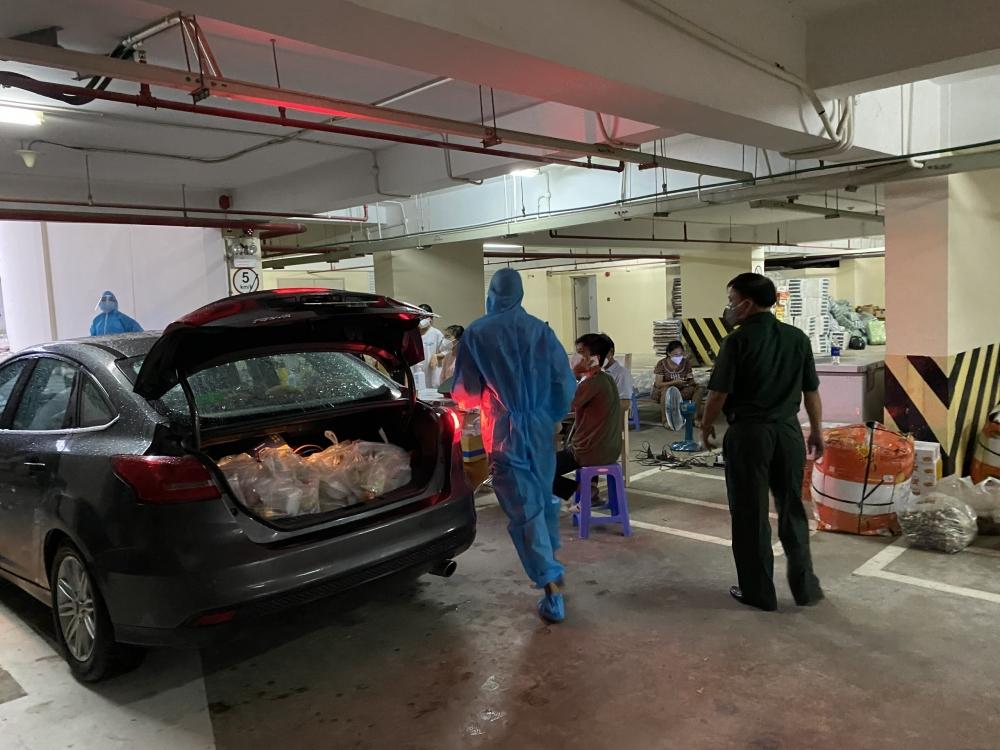 Người dân 'đỏ lửa' nấu cơm tiếp sức các bác sỹ ở bệnh viện dã chiến tại thành phố Hồ Chí Minh
