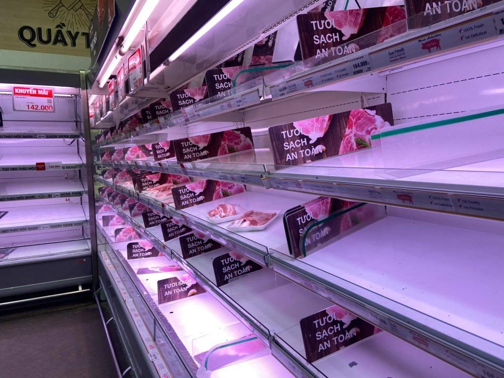 """Người dân lại """"vét sạch"""" siêu thị ở thành phố Hồ Chí Minh"""