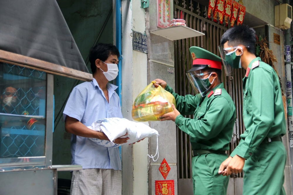 Ngày đầu lực lượng chức năng đi chợ hộ người dân