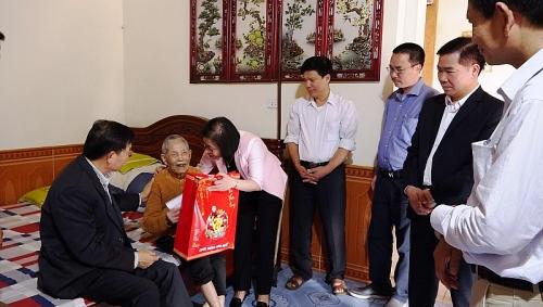Thăm, tặng quà gia đình chính sách xã Đường Lâm