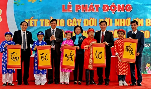 son tay phat dong tet trong cay xuan canh ty