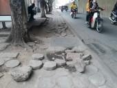 Vỉa hè đường Xuân Thủy bị hư hỏng nặng
