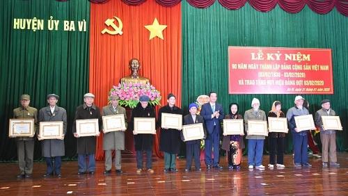 Ba Vì trao Huy hiệu cho đảng viên dịp kỷ niệm 90 năm ngày thành lập Đảng