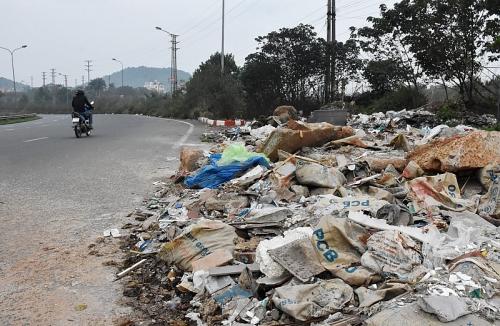 Xả rác tràn lan ven nút giao thông Hòa Lạc