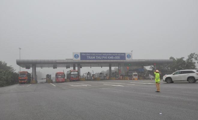 Phát khẩu trang miễn phí cho hành khách trên cao tốc