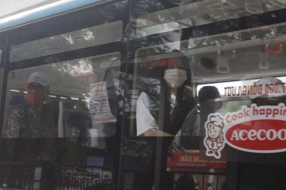 Xe buýt vắng vẻ ngày cận Tết vì Covid-19
