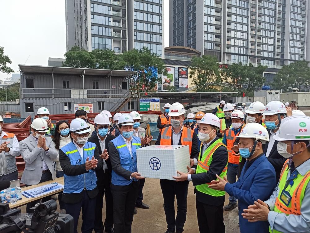 Chủ tịch thành phố Hà Nội thăm, động viên các đơn vị ứng trực Tết