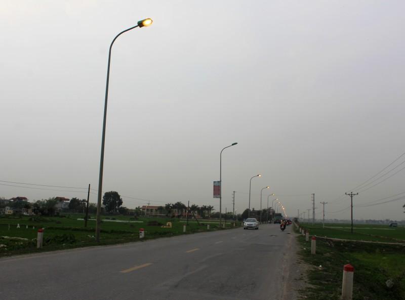 Lãng phí từ hàng trăm đèn đường cao áp rực sáng giữa ban ngày