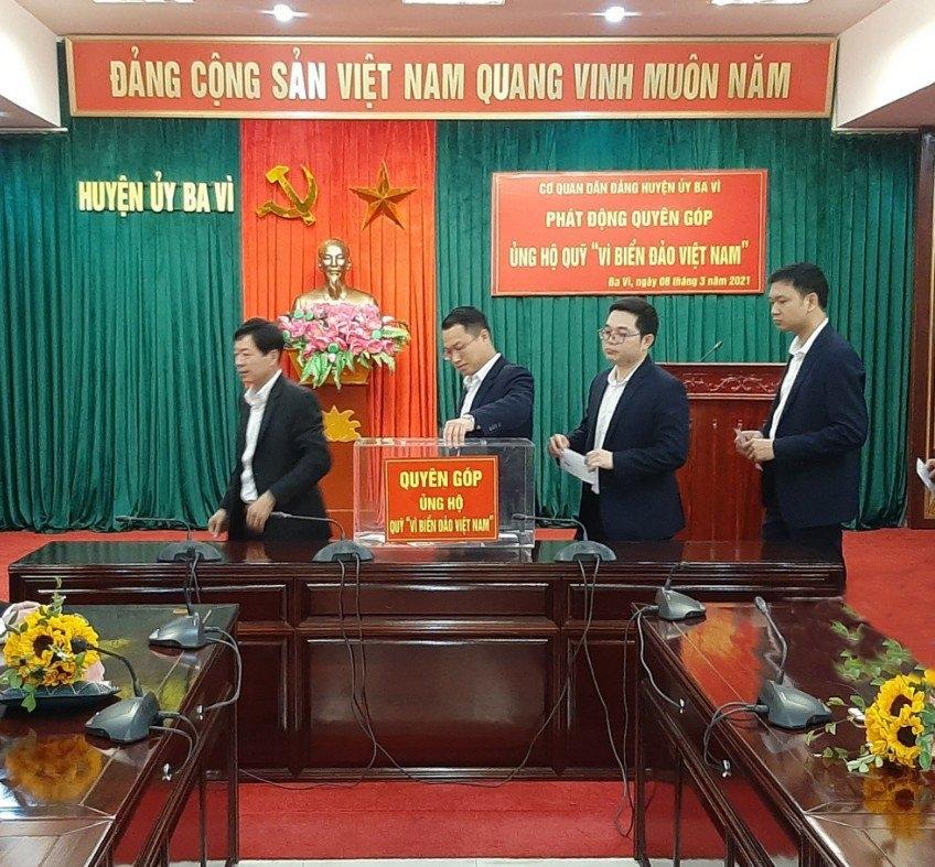 """Đoàn viên Công đoàn Cơ quan Dân Đảng huyện Ba Vì ủng hộ Quỹ """"Vì biển, đảo Việt Nam"""""""