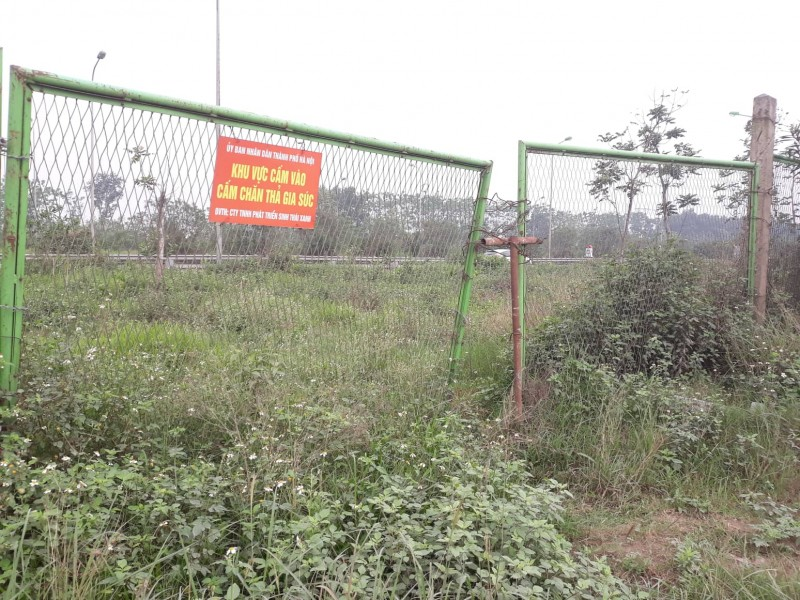Nhiều điểm rào sắt dọc Đại lộ Thăng Long bị hư hại