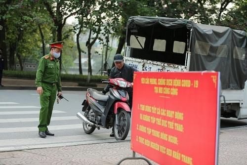 """Người dân Hà Nội """"ào"""" ra đường: Đe dọa lây lan trong cộng đồng"""