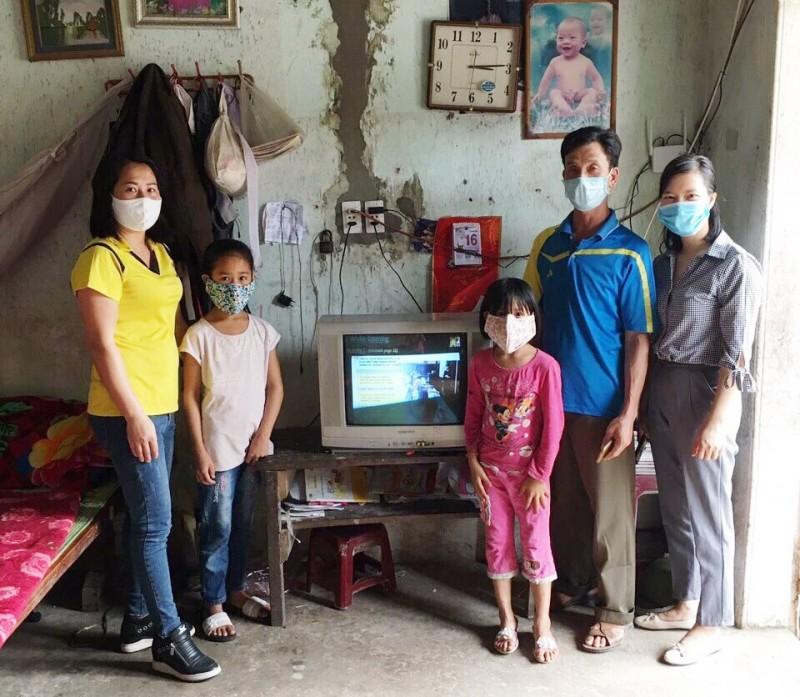Giúp đỡ học sinh nghèo học trực tuyến