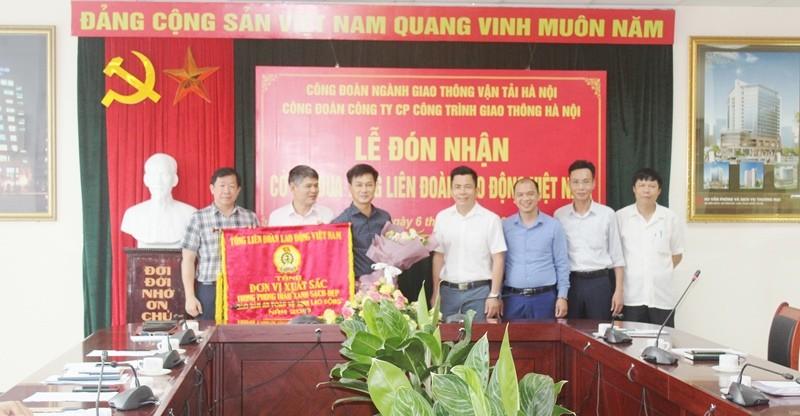 Đón nhận Cờ thi đua của Tổng Liên đoàn Lao động Việt Nam