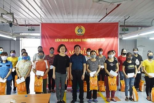 Trao tặng 55 suất quà đến công nhân lao động Công đoàn ngành Dệt may Hà Nội