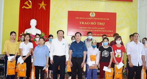 Trao quà hỗ trợ cho công nhân lao động gặp khó khăn huyện Thạch Thất