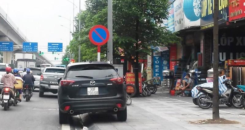Nhiều xe ô tô dừng, đỗ tràn lan bất chấp biển cấm
