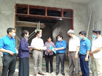 Huyện đoàn Ba Vì trao tiền hỗ trợ xây dựng nhà cho Cựu Thanh niên xung phong